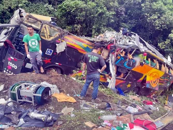 Acidente com ônibus mata 21 pessoas no Paraná