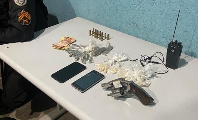 Procurados são presos e armas e drogas apreendidas em duas cidades