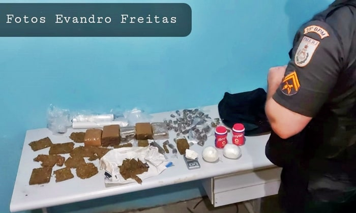 Policia descobre casal que embalava junto drogas para venda