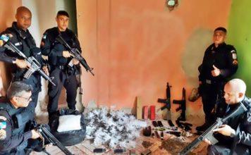 Quarta de Cinzas: PM apreende fuzis, granadas e drogas em ação no Santa Cruz