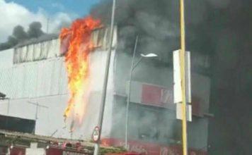 Loja pega fogo no Centro de Volta Redonda