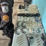 Ação da PM prende suspeito com arma, munições e drogas, no Retiro
