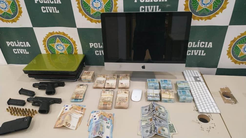 Dinheiro, armas e computador foram apreendidos na casa do cantor, no Rio