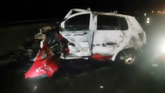 Carro pegou fogo depois que bateu contra o carro do cabelereiro