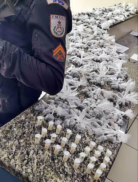 Bandidos fogem e deixam quase 850 porções de droga, em Barra Mansa