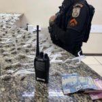 Suspeito é preso com drogas e rádio comunicador em Barra Mansa