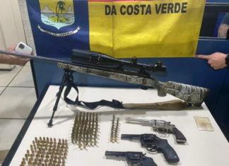 Fuzil e revólveres são encontrados numa casa usada com depósito do tráfico em Angra