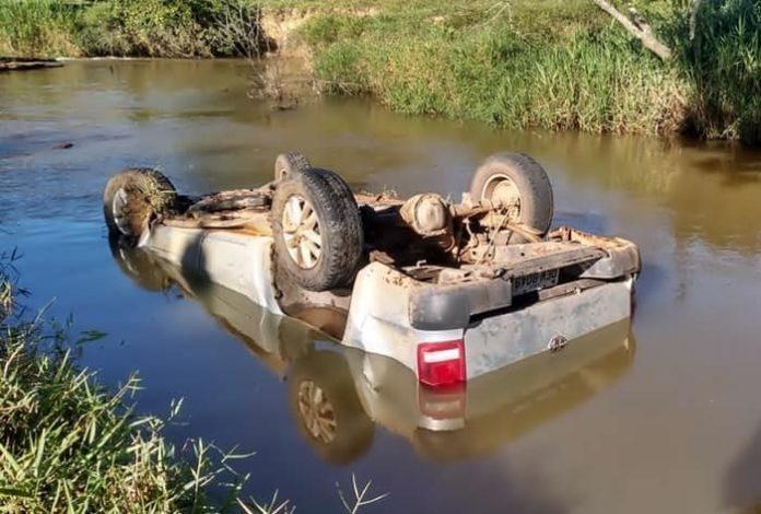 Duas pessoas morrem depois de carro capota e cair no rio em Valença