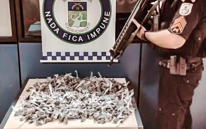 Três presos com 1,3 mil buchas de maconha, em Paraíba do Sul