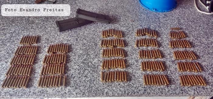 Munição usada em fuzil AK-47 foram encontradas