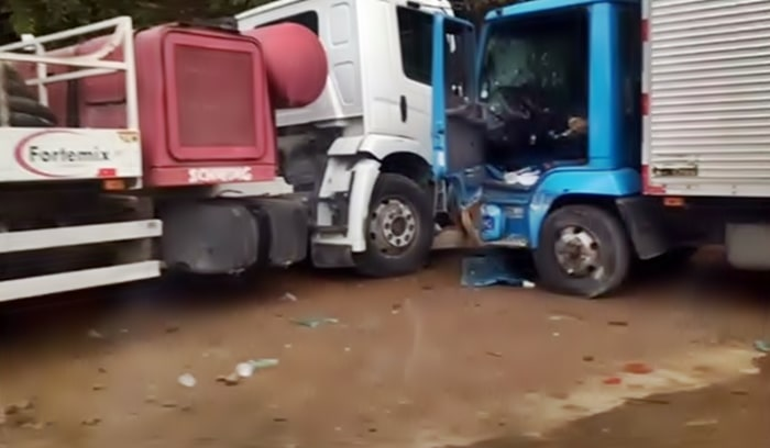 Quatro ficam feridos em batida com caminhões em Resende