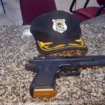 Guarda flagra homem e adolescentes com arma falsa em Volta Redonda