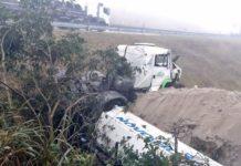 Motorista fica ferido depois de carreta cair na ribanceira, em Itatiaia