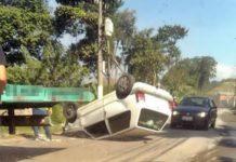 Carros batem e um deles capota em avenida de acesso a Barra Mansa