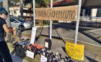 Profissionais da Educação fazem protesto em frente a prefeitura de Pinheiral