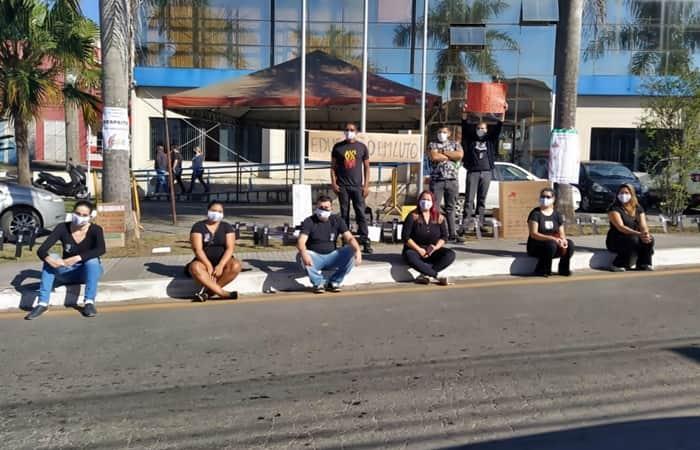 Profissionais fizeram ato simbólico em frente a prefeitura