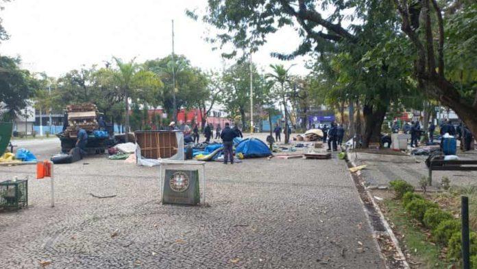 Acampamento é desmontado da porta de prefeitura de Volta Redonda