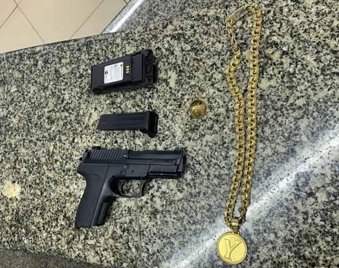Arma falsa e cordão de ouro foram apreendidos no Vale Verde
